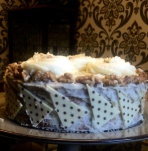 Bolo de Nozes com ganache de chocolate branco, decorado por @bakeandcakebr