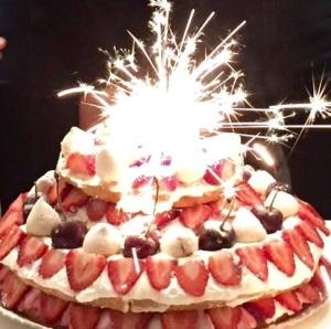 Bolo de Aniversario - Pao de Lo Vitoria, com Chantilly e frutas vermelhas.