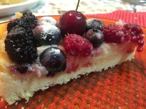 Dividindo o amor (pedaço da torta de frutas vermelhas @bakeandcakebr)