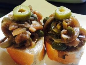 Canapés de Antepasto de Berinjela que Chora (cozida no sal)