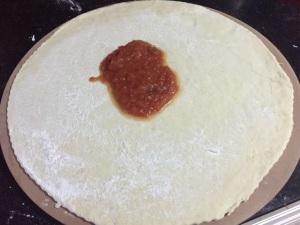 Massa de Pizza - colocando o molho de tomate.